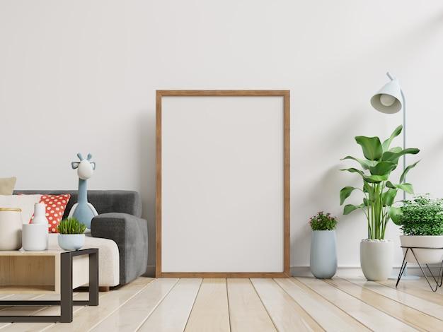 Внутренняя пустая рамка для фотографий с вертикальной пустой софой и деревом в комнате с белой стеной.