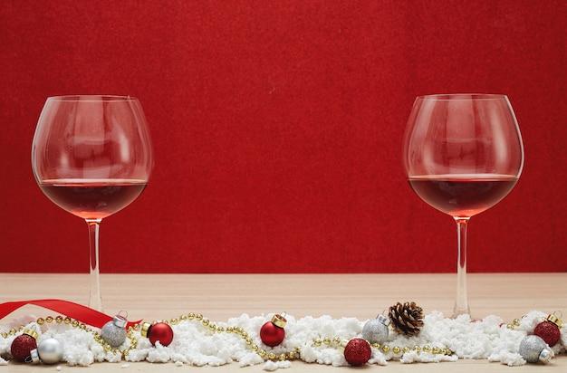 赤ワイングラスと雪のクリスマスボール