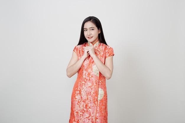 アジアの女性は中国の旧正月にチャイナドレスを着る