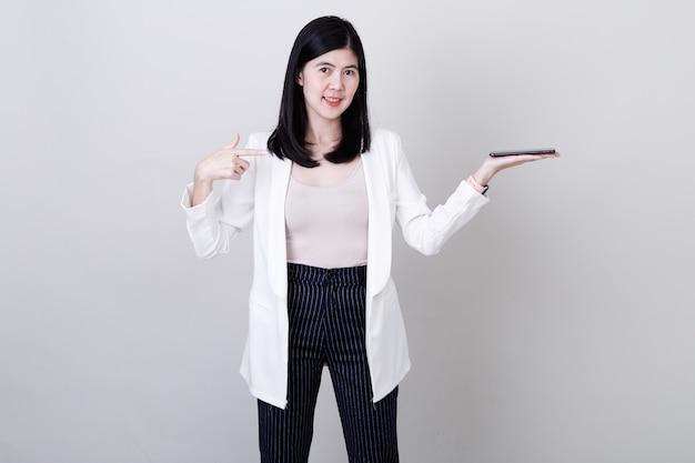Коммерсантка указывая ее палец на белизну