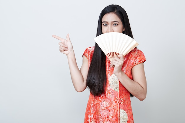中国の旧正月で赤いドレスを着ている女性アジア