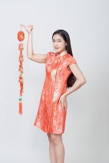伝統的な中国のロングドレスでアジアの女性