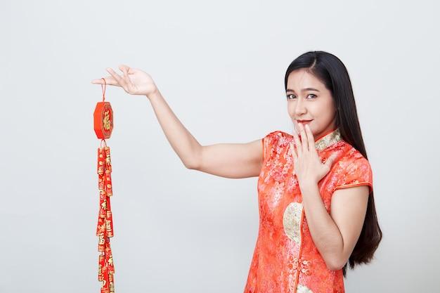 Азиатка женщины в платье традиционного китайския длинном