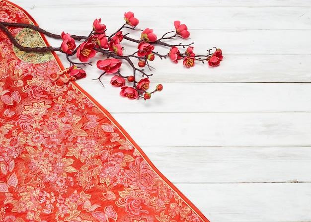 Китайский новогодний декор на красном фоне