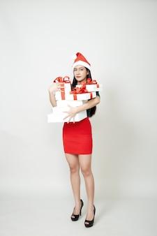 Женщина, держащая подарочную коробку рождество