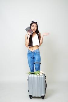 Привлекательная азиатская туристическая женщина с багажом