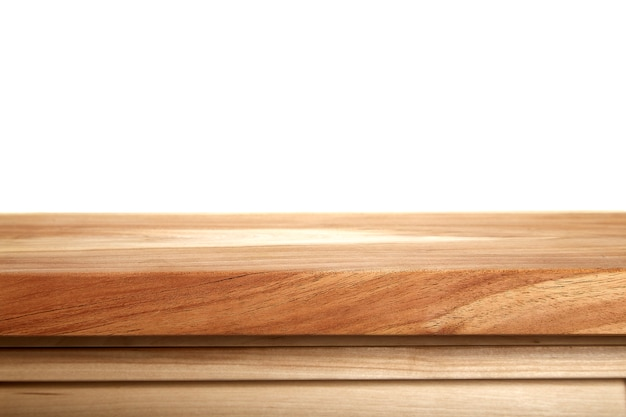 白い背景の空の木製テーブルトップ