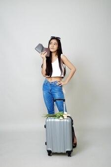 Азиатская туристическая женщина с багажом