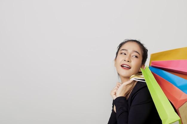 カラフルな買い物袋を持つ若いアジア女性