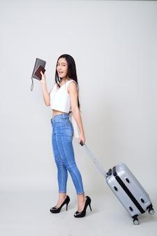 幸せな若いアジア女性旅行