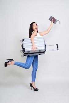 Счастливое молодое азиатское перемещение женщины
