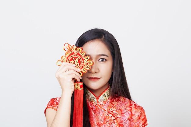 チャイナドレスを着ているアジアの女性