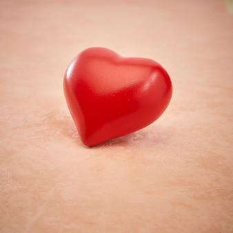 Красное сердце розовое