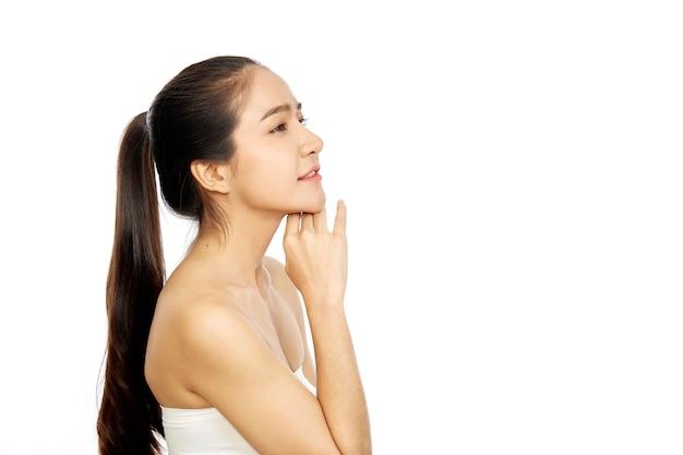 若いアジアの女性は白の新鮮な肌をきれいに