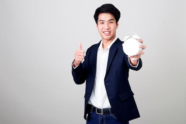 Молодой тайский бизнесмен показывает время на часах