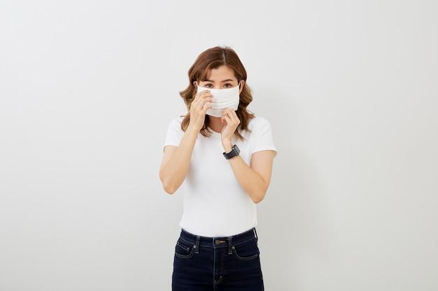 Азиатская девушка в защитной маске