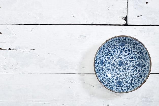 Пустое керамическое блюдо деревянный стол