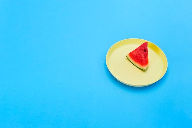 Ломтики арбуза на желтой тарелке