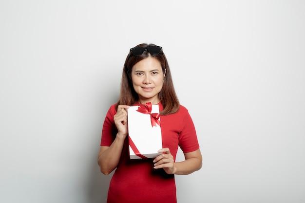 ギフト用の箱を保持している女性