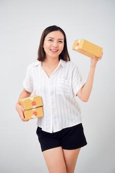Женщина, держащая посылку