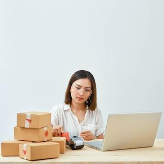 自宅でオンラインで商品を販売している女性
