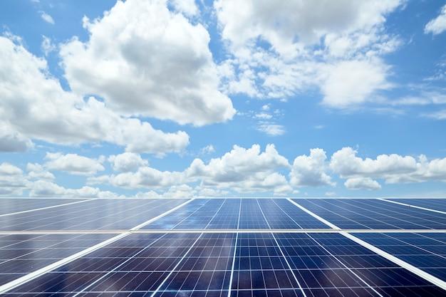 再生可能エネルギーの太陽電池パネルと青空