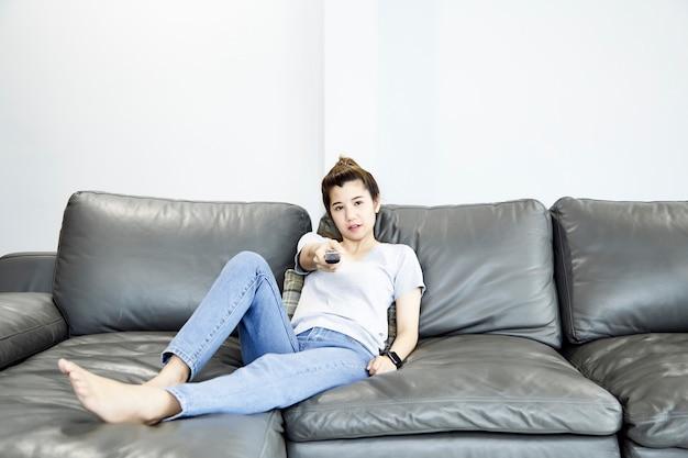 自宅でテレビを見ている女性