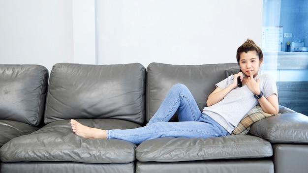 Женщина дома смотрит телевизор