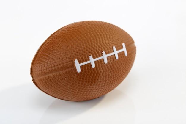 アメリカンフットボールの白い背景、クローズアップ