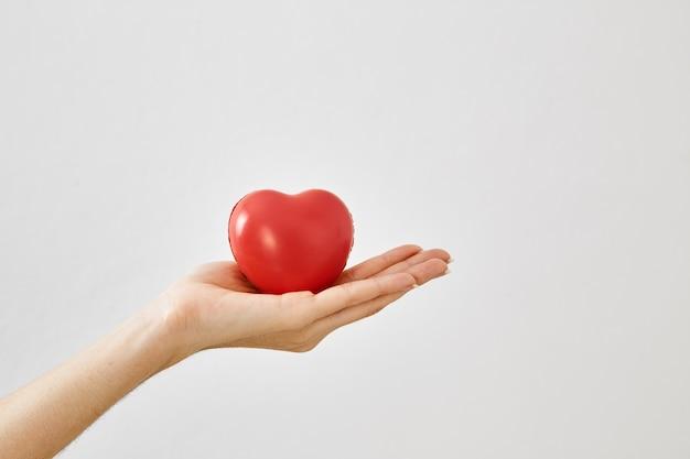 Красная сердечная форма в руке