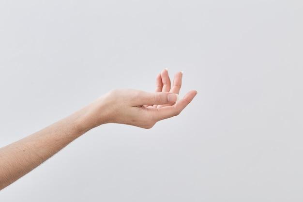 空の女性の手を持って