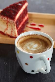 コーヒーカップとレッドベルベットケーキ