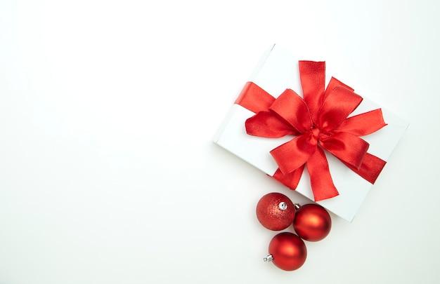 白い背景のクリスマスの装飾品