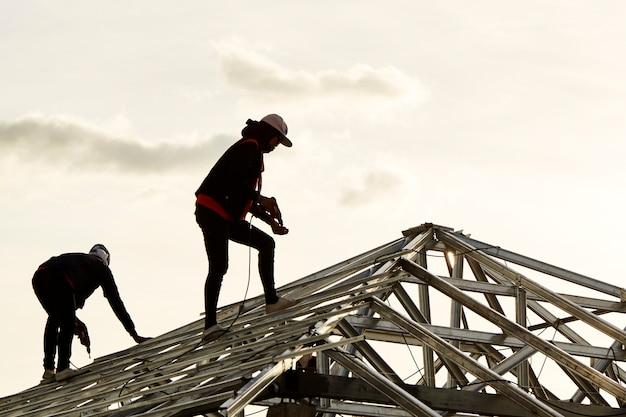 Строительство двух работающих мужчин