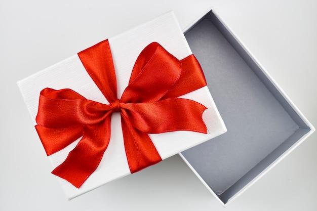 Открытая белая рождественская подарочная коробка