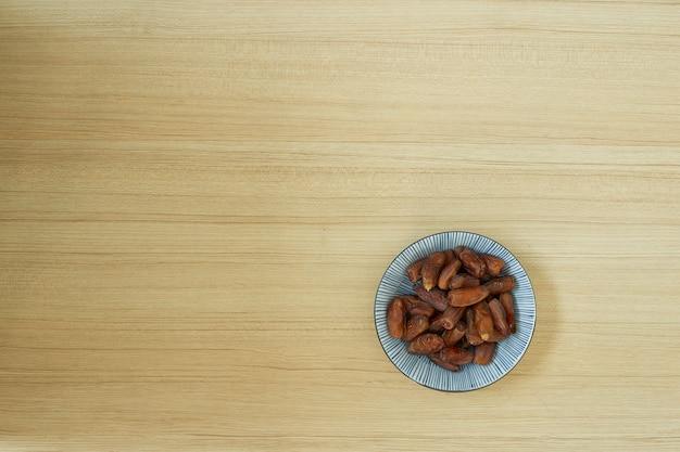 スイートドライフルーツ、ボウル、テーブルの上