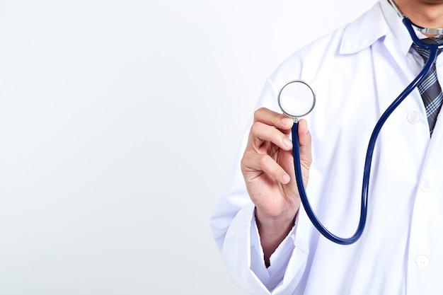 白い背景の上の医者持株聴診器