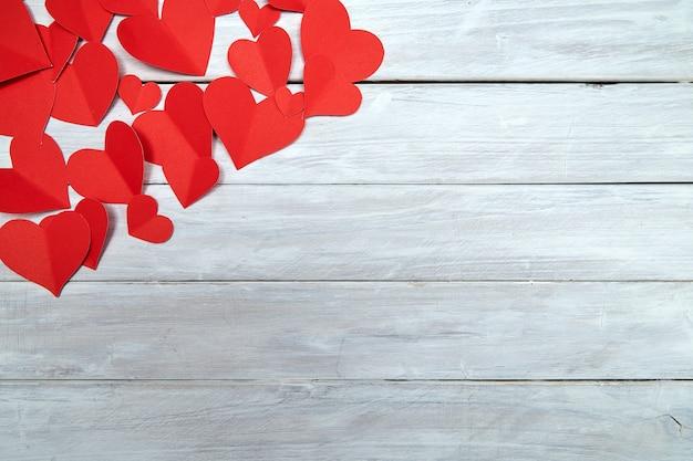 白い木の赤い紙の心バレンタインデー