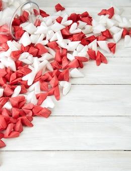 ガラス瓶の中の愛の紙のハートを象徴するバレンタインデー
