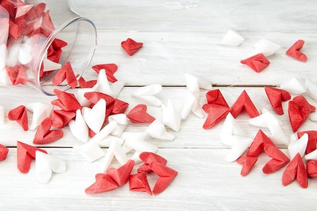 愛の紙のハートを象徴するバレンタインデー