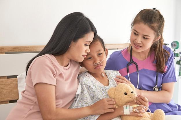 医者と病院で母親と一緒に子供