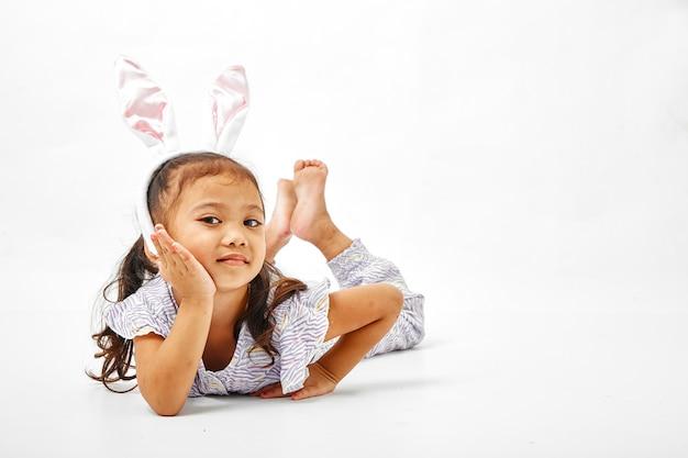 ピンクの耳のウサギを持つ少女