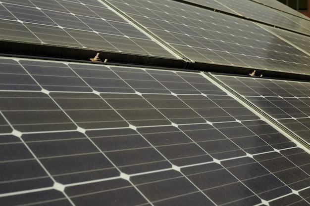 家の屋根の上の太陽電池パネル