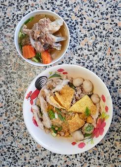 野菜豚肉の広いライスヌードル