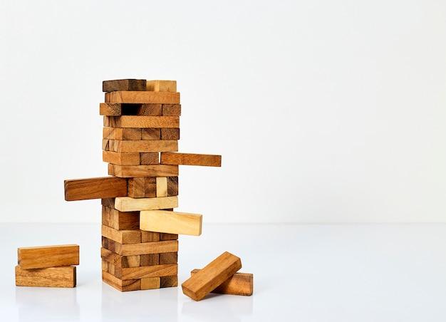 Блоки из дерева на белом фоне