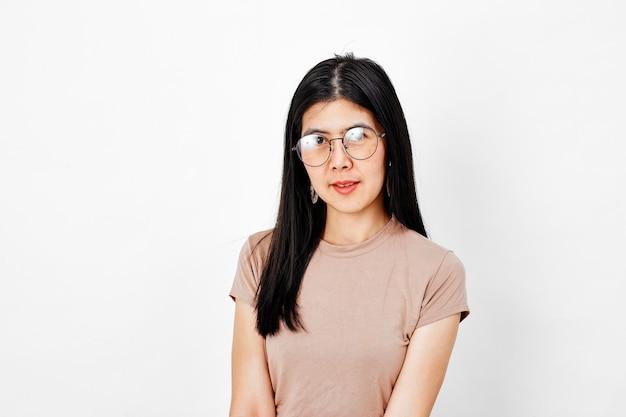 眼鏡をかけて、笑顔の若い女性