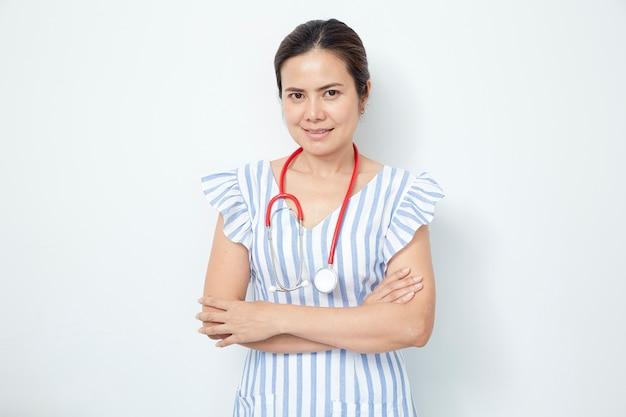 赤い聴診器で女医看護師