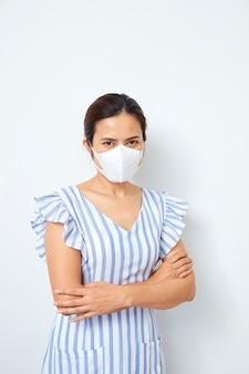 Азиатская женщина в маске