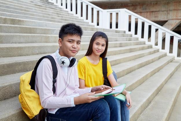 本と屋外の幸せな学生