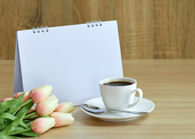休日のコンセプトコーヒーと空のカレンダー